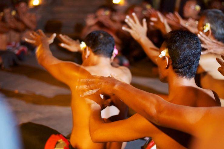 1024px-Bali_041_-_Ubud_-_kecak_fire_dance